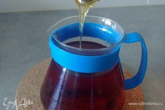 Удаляем пакетики и добавляем мед, размешиваем до растворения.