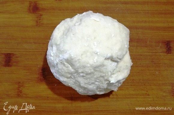 На подготовленную поверхность высыпьте 1 стакан муки. Выложите из миски остывшее вязкое тесто. Замесите тесто, если надо, добавьте еще муки. На ощупь тесто должно получиться, как мочка уха. Оберните тесто пищевой пленкой и оставьте «отдыхать» на 15–20 минут.