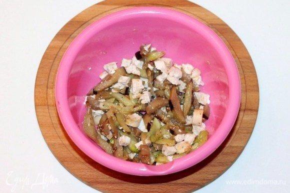 Выложить овощи в миску и добавить кусочки курицы, перемешать.