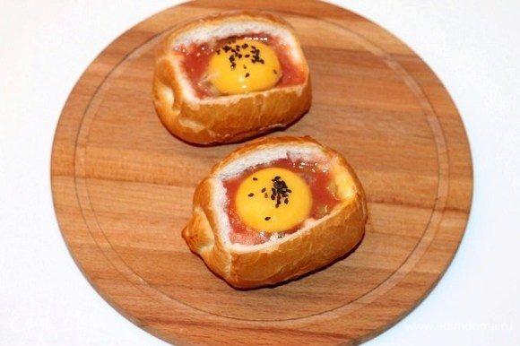 Сверху выложить по одному желтку и посыпать черным кунжутом. Отправляем булочки в разогретую до 200°С духовку на 15–20.