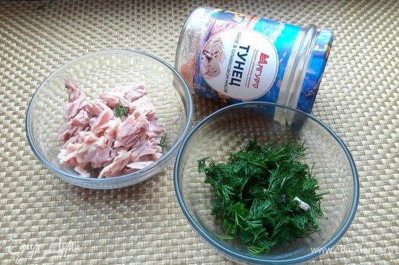 С тунца ТМ «Магуро» слить жидкость и нарезать на кусочки. Зелень мелко нашинковать.