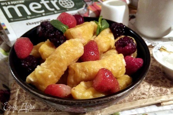 Вот в готовом виде вареники. Подать можно с ягодами.