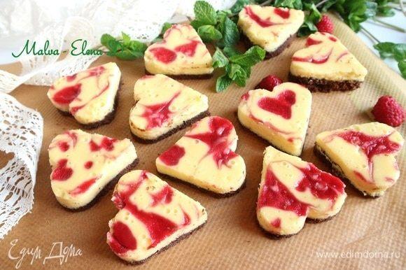 Нарезать печенье с помощью трафарета. Аккуратно (печенье очень нежное) вынуть из формы печенье, можно для этого воспользоваться металлической лопаткой.