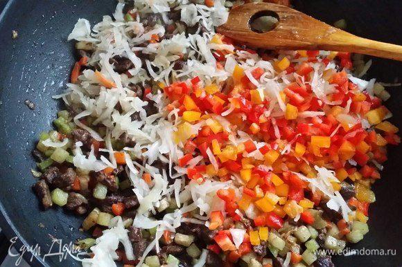 Затем добавить квашеную капусту и болгарский перец. Обжарить все вместе еще 5 минут.