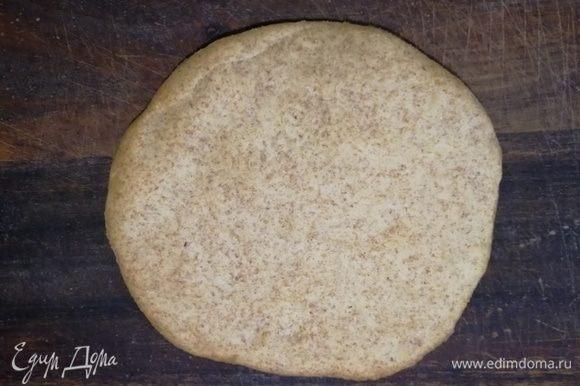Запекаю лепешку в разогретой до 200°С духовке 3 минуты. Передерживать не надо, получатся хрустящие хлебцы. Накрываю готовые лепешки полотенцем и оставляю их обмякнуть на 5 минут.