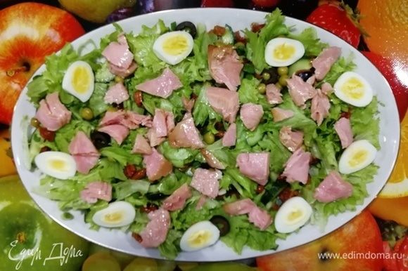Следующий слой тунец ТМ «Магуро» и перепелиные яйца.