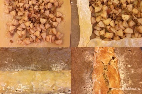 Затем выложить начинку из яблок и начать при помощи бумаги для выпечки очень аккуратно сворачивать тесто в рулет. Это делать немного сложно так как тесто очень нежное, но мы же девочки, мы не сдаемся. Перенести рулет на противень, смазать молоком, посыпать сахаром и выпекать 40–45 минут.