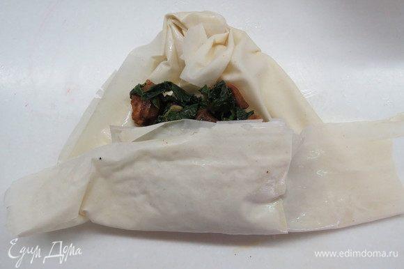 Завернуть тесто наверх сначала в сторону сборки, прикрывая начинку.
