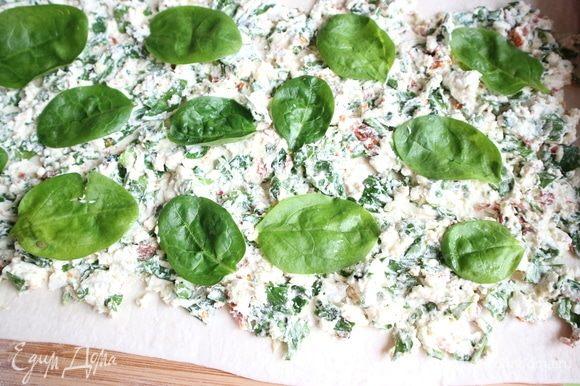 На начинку выложить целые листья шпината.