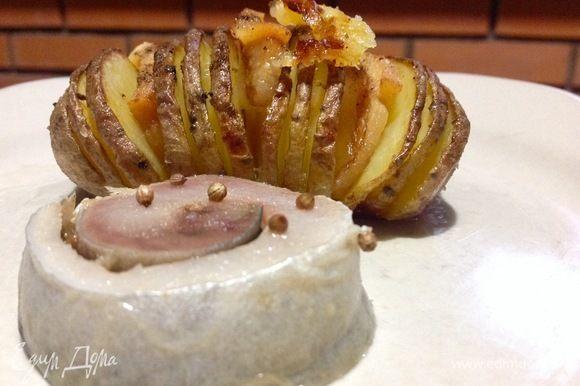 К горячей картошечке я разморозила малосольную скумбрию собственного приготовления, в моих рецептах она есть. Ну, очень вкусная эта картошечка! Побалуйте себя:)
