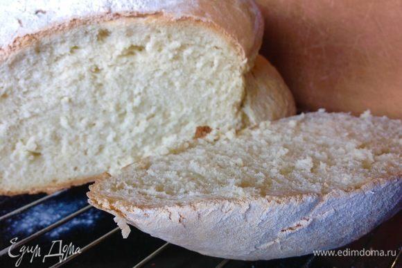 Разрезать хлеб желательно уже остывшим, если резать его горячим, то мякоть может слипаться в срезе, лучше дождаться полного остывания. Это я только советы давать могу, а сама полного остывания не выдерживаю:)