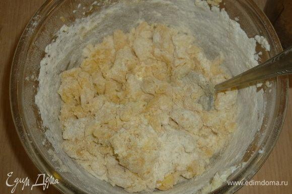 Муку просеять с разрыхлителем, добавить щепотку соли. Постепенно вмешать в яичную смесь.