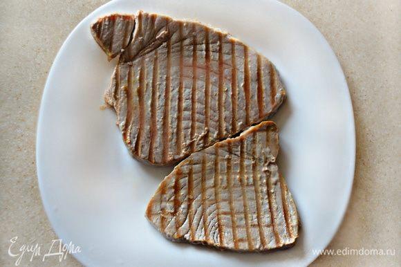 Сковороду-гриль смажьте кунжутным маслом. Тунца пожарьте с обеих сторон по 30 сек. с каждой стороны. Если вы хотите, чтобы осталась мягкая розовая мякоть в середине стейка, то достаточно будет обжарить по 10 сек. с каждой стороны.