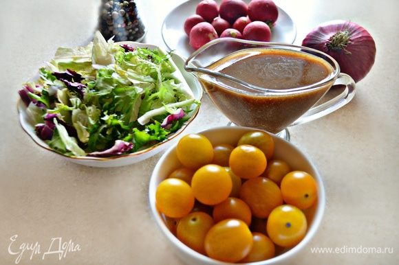 Подготовить, помыть и обсушить овощи и зелень. Помидоры черри разрежьте пополам, редис нарежьте тонкой соломкой, лук — тонкими полукольцами, зелень порвите рукам. Для этого салата вы можете использовать любые виды салата, а также руколу.