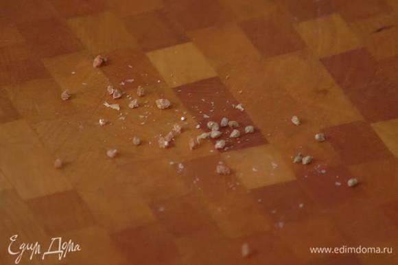 Стручки кардамона раздавить плоской стороной ножа, вынуть зерна и растереть их в ступке.