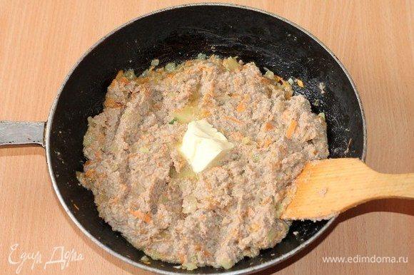 Затем выкладываем мясную начинку, сливочное масло, солим, перчим, перемешиваем и тушим под крышкой 2–3 минуты.