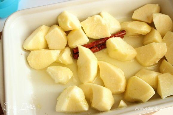 Духовку разогреть до 200°С. Яблоки «Голден» почистить, удалить семенную часть, нарезать произвольно на кусочки. Поместить в форму яблоки, масло, сахар, палочку корицы, лимонный сок. Поставить форму в духовку.