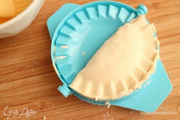 Скрепить края, закрыв половинку формочки, затем открыв ее.
