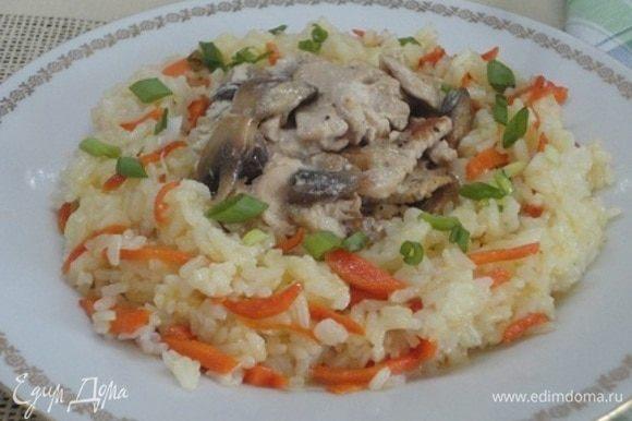 Авторы на гарнир отваривали рис и смешивали его с зернами граната и зеленым укропом. Я же приготовила традиционный в нашей семье рис по этому рецепту: https://www.edimdoma.ru/retsepty/111232-krasnaya-ryba-s-zimnim-risom.