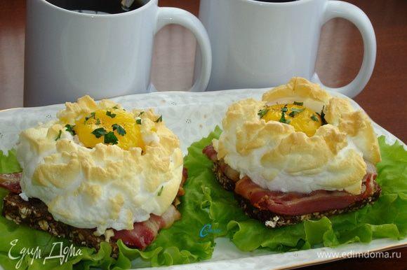 Сытные и вкусные бутерброды готовы. Подавать можно с зеленью и молотым перцем. Такой завтрак под силу и мужчинам, которые могут проявить свои кулинарные способности и порадовать своих любимых!