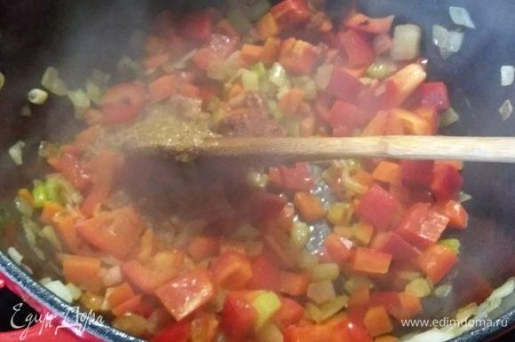 Добавить сахар и томатную пасту, обжарить полминуты.