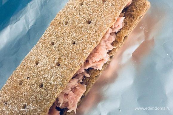 Кладем два хлебца с тунцом друг на друга начинкой внутрь и заворачиваем в фольгу. Можно завернуть в пищевую пленку или пищевой пакет.