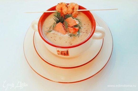 Подаем овощной суп-пюре с тунцом в супницах. Украшаем запеченными в духовке креветками, кусочками тунца и укропом. Доброго утра и хорошего дня!