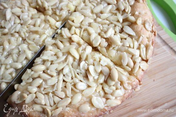 Вынуть пирог из духовки, дать остыть. Разрезать на четыре части через центр.