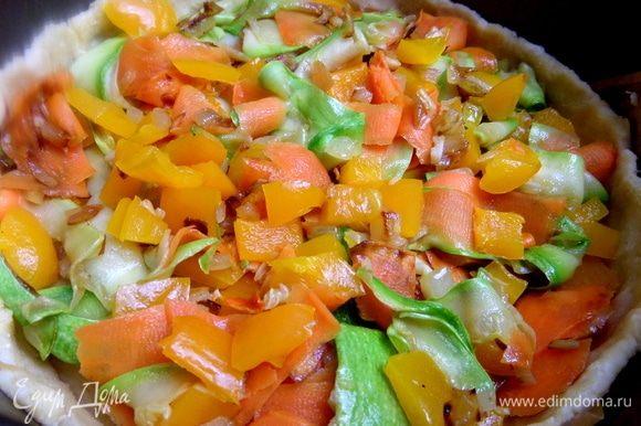 Переложить пассерованные овощи в корж.