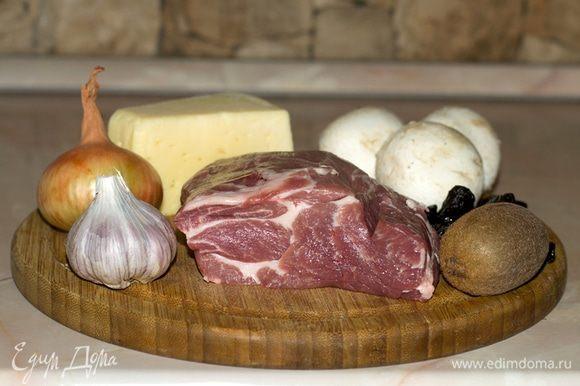Теперь необходимо включить духовку и прогреть до 220°С. За это время мясо пропитается соусом, но не замаринуется. В разогретую духовку поместить противень с мясом и запекать 30 минут. Затем снять фольгу, выложить на свинину нарезанный сыр и запекать еще 5 минут.