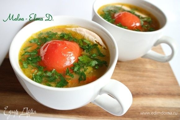 Разлить по суповым чашкам, добавить половинку помидора, мелко нарезанную зелень петрушки, кусочек форели.