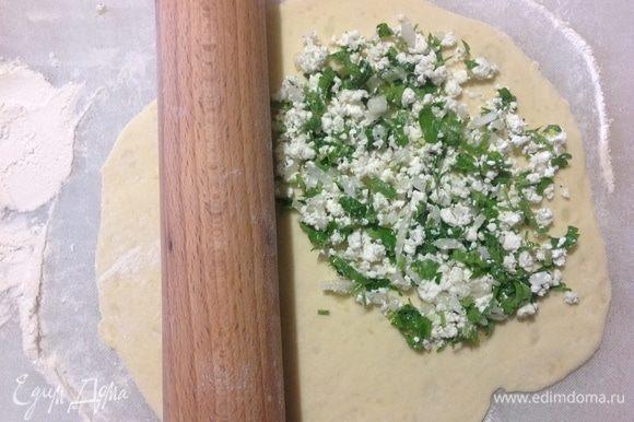 Тесто делим на равные 8 частей, берем одну часть и раскатываем в лепешку, на одну половину выкладываем творожную начинку, второй половиной накрываем и защипываем крепко края.