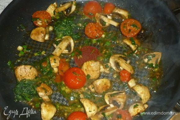 Добавить нарезанный зеленый лук, немного оливкового масла. Помидоры разрезать на половинки, добавить в сковороду.