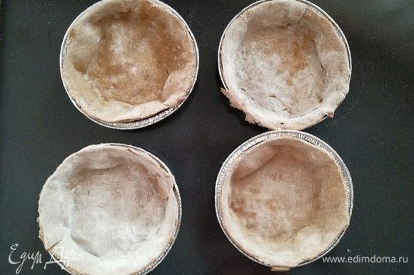 Уложите тесто в формочки и отправьте в разогретую до 180⁰С духовку на 7 минут. Тесто очень тонкое, готовится моментально.