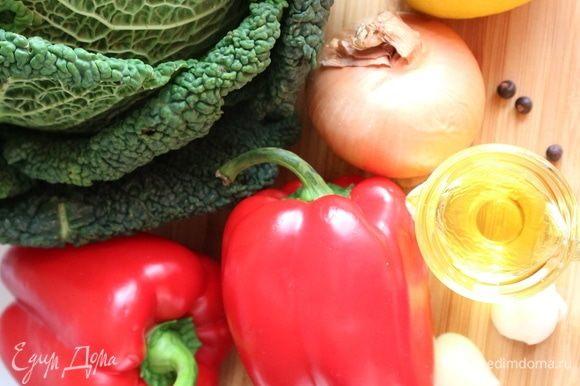 Начинка. Савойскую капусту и болгарский перец помыть, обсушить.