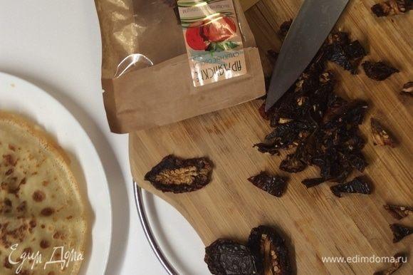 Пока фарш готовится, брусочками режем сушеные помидорки. Мне понадобилось 15 половинок. Отправляем помидорки к лук, чесноку и фаршу. Добавляем сушеный базилик по вкусу, перемешиваем и оставляем томиться все вместе и пропитываться ароматами друг друга под крышкой на медленном огне 3 минуты. Можно добавить любых травок для буйства ароматов, но для меня сочетание томатов и базилика пусть и традиционное, но необыкновенное!