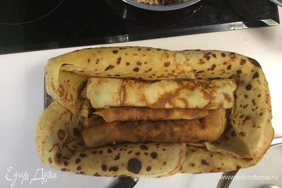 Теперь в форму, проложенную блинчиками, кладем на дно первым слоем фаршированные блины в таком порядке: с мясной начинкой, потом с сырной и опять с мясной. Три блина на дно. Вторым слоем кладем все в обратном порядке: сырные блинчики по бокам и мясной в серединке.