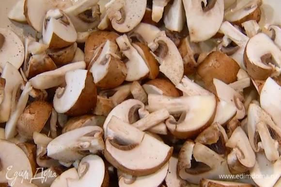 Разогреть в сковороде 1–2 ст. ложки оливкового масла, выложить грибы, слегка посолить, поперчить и перемешать.