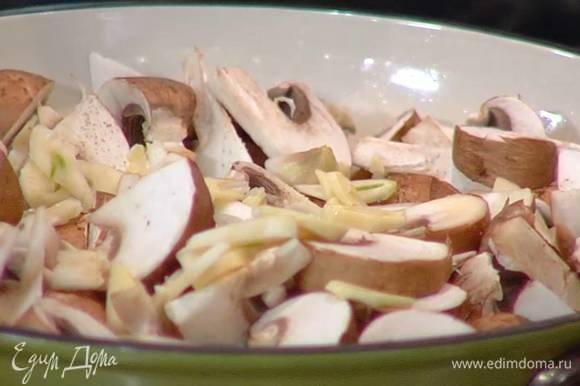 Чеснок почистить, раздавить плоской стороной ножа, нарезать небольшими дольками, выложить к грибам и перемешать.