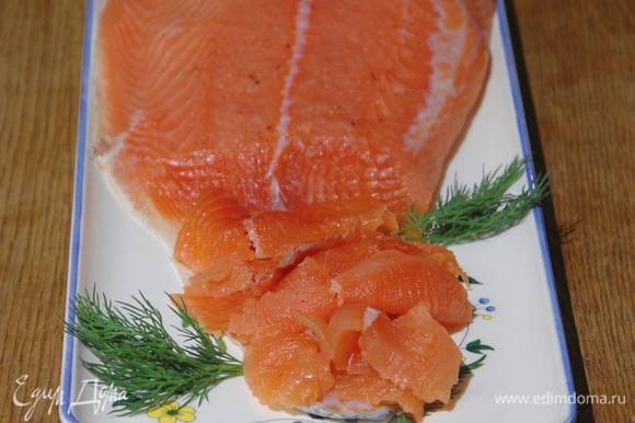 Затянуть форму пищевой фольгой, поместить сверху груз и оставить при комнатной температуре на 3 часа, затем вынуть рыбу из маринада, промокнуть бумажным полотенцем и отправить в холодильник.
