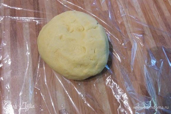 Для теста сложить в блендер муку и холодное масло, порезанное кубиком, сахар, яйцо, щепотку соли и пепемолоть в крошку. Добавить ром (можно заменить ледяной водой) и замесить тесто в комок. Мне понадобилось еще чуть меньше столовой ложки холодной воды, чтобы тесто замесилось в комок. Переложить в пленку и поместить в холодильник минимум на 30 минут.