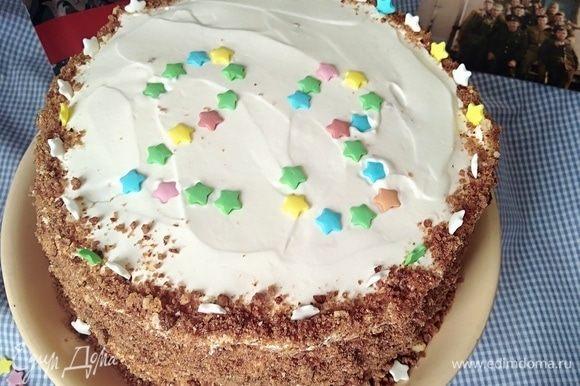 Бока торта присыпать крошками. Оставить торт при комнатной температуре на 3-4 часа, затем убрать в холодильник на ночь (чем дольше охлаждается, тем вкуснее становится). Украсить по желанию.