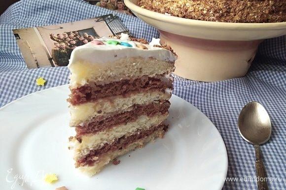 Первый кусочек! Нежный торт с хрустящими орешками, к тому же из простого набора продуктов.