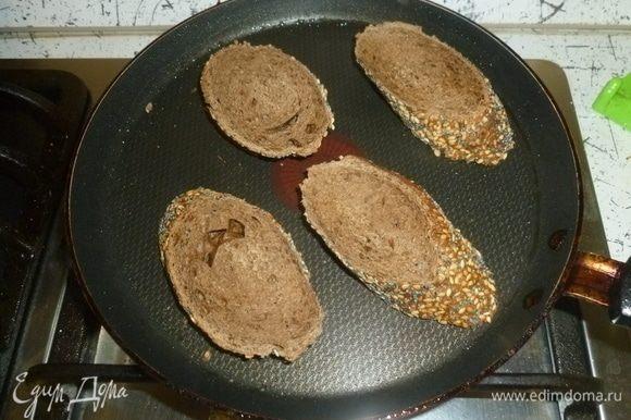 Хлеб поджарить в тостере или подсушить на сковороде.
