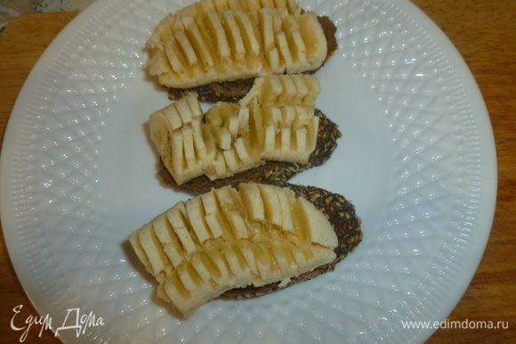 Банан нарезать на ломтики, размером с кусочек хлеба. Примять его вилкой.