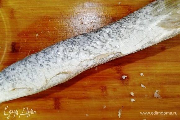 Подверните края кожи и уложите щуку на противень, смазанный растительным маслом.