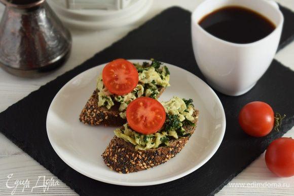 Выложить яйца со шпинатом на хлеб. Подавать можно с помидорчиками черри. Приятного аппетита!