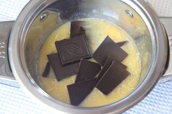 Растопить сливочное масло и шоколад на водяной бане, добавить свежесваренный кофе.