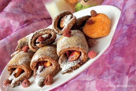Готовое печенье остудить и посыпать сахарной пудрой.