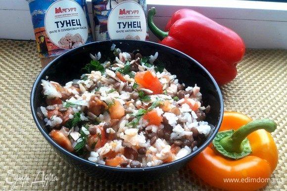 В готовый рис с чечевицей добавить тунца и пассерованные овощи, также по вкусу добавить специи и чеснок.